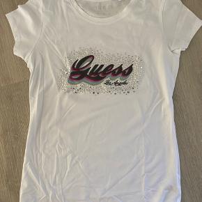 Guess t-shirt str. M. Fitter str. S og XS Aldrig brugt