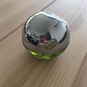 Varetype: Eau de parfume Størrelse: 30ml Farve: Grøn  Brugt max 10 gange. Dkny - be delicious grøn. Købt i efteråret. Handler over mobilepay