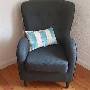 Antracit grå lænestol. Meget pæn stand med pynte knapper i ryggen og mørkebrun- sorte ben.