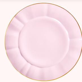 Jeg har fire tallerkerner sælger dem samlet. Stor tallerken i pink porcelæn med fin guldkant. De kan både gå i opvaskemaskinen, fryseren, ovnen og mikroovnen