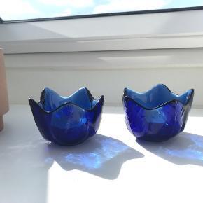 Meget søde blå fyrfadsstager i blåt krystal glas.  Uden afslag. Prisen er for begge. Mål: ø 9cm h: 6 cm