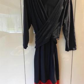 Varetype: Kjole Farve: Blå,Rød  Lækker ammevenlig ventekjole