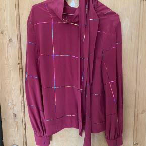 Stine Goya bluse/skjorte. Aldrig brugt, kun hængt i skabet. Prisen er fast og køber betaler selv porto.