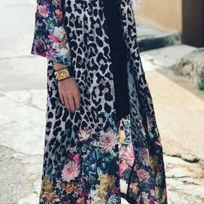 Super smuk leoflower hellang kimono.  Brugt få gange og fremstår som ny!