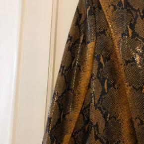 Blazer i flot slangeprint