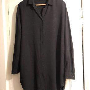 Varetype: Langærmet Farve: Sort Oprindelig købspris: 400 kr.  Flot, oversize skjorte fra Weekday. Ikke brugt så meget, men et lidt forstørret knaphul (se bill.). Byd (bytter ikke)!