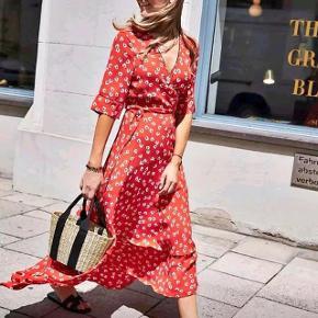 Ganni Silvery Crepe kjole i rød fra Ganni.  Købt for 1800 kr. Størrelse 38. Brugt en enkelt gang.   Byd :)