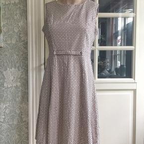 Flot 50'er-inspireret kjole med rudeformet print. Den hedder str XL/42, men jeg synes, den er nærmere en L. Fast strækstof. Bryst 100cm. Liv 80cm.  Se også mine mange andre sager. Jeg giver gerne mængderabat.  #Secondchancesummer