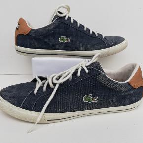 Lacoste sneakers str. 43  Brugt få gange  Indvendig mål: 28 cm Farve: Denim canvas  Pris: 250,- plus porto  Fast pris Sender med DAO