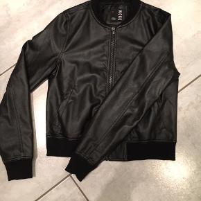Imiteret læder jakke fra Nielsen - mærke Mono. Jakken er brugt få gange. Sender gerne porto 45 kr