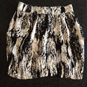 Nederdel str. 36 fra H&M med lommer. Brugt et par gange 🌸  Køber betaler fragt 📦
