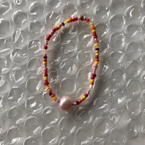 Elastik Perle armbånd  🐚 ferskvandsperle Røde orange og gule farver 🍁 Prisen er fast og inkl Porto