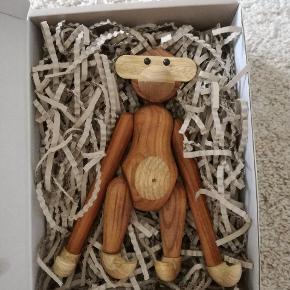 Jeg fik denne søde abe (lille, 20 cm i Teak-limbatræ) fra Kay Bojesen i studentergave denne sommer - men jeg får den simpelthen ikke brugt, og jeg ved der er nogen der vil få meget mere glæde af den. Jeg fik den uden byttemærke og ved ikke hvor den er købt, men den er splinter ny og 100% ubrugt. Kan afhentes i Århus C.