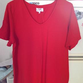 Varetype: Bluse Størrelse: M Farve: Rød  Pæn rød t-shirt med v-hals fra Zizzi, sender helst med DAO