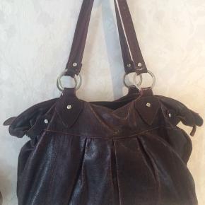 Stor adax taske i sådan en rød brun mørk farve prisen er fast