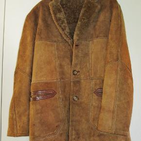 """ÆGTE RULAM af mærket """"Aleksander"""". Klassisk snit og med bløød varm pels indvendig.Den er fuldstændig som ny, men der er tabt en knap.  Købsprisen var 4500,-  Brystvidde: 57 cm x 2 Længde: 85 cm  Ingen byt og prisen er fast."""