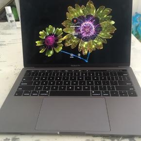 MacBook Pro med touchbar, købt i februar 2019  Farve: Space Grey   Oplader, original Apple adapter og Apple Care medfølger