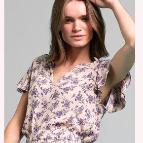 Helt nyt June top   M: length 62 cm / chest 100 cm / sleeve frill length 8.5 cm