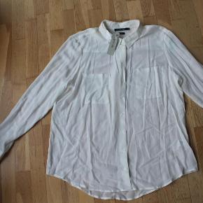 Brand: monoprixVaretype: ny silkeskjorte Størrelse: 48 (lille=44) Farve: cremehvid Oprindelig købspris: 400 kr.  super fin skjorte lavet i 100%silke. Den er stadig helt ny og med mærke  mindstepris 175 - bytter ikke  se også mine andre billige annoncer   hvis du køber 2 eller flere af mine annoncer - betaler jeg portoen