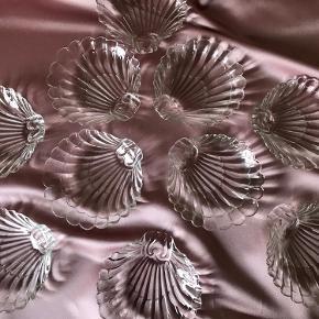 Små muslingeskåle i klar glas   God til desserten, frugten, hårnips eller alt muligt andet  10 stk haves.   Med almindelige brugsspor, men ingen skår  Mål: 15x13,5 cm  Pris: 30,- /stk eller 4 for 100,-  #muslingeskål #muslingetallerken #muslingeskaller #muslingetallerkner