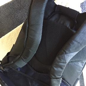IBM COMPUTERRYGSÆK/TASKE. Virkelig lækker helt ny computerrygsæk fra IBM, med masser af lommer, støttepude i lænden med lommer. Plads til det hele.