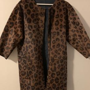 Rigtig fin jakke/frakke i Leo med mørkblå vendbar inderside. Ingen fejl.