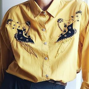 En skøn vintage skjorte bedste cowgirl stil. Fitter som en M/L. Ren bomuld.