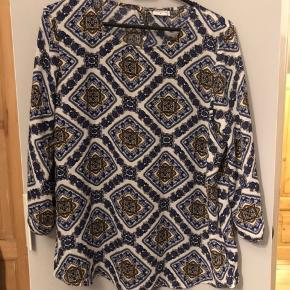 Fin bluse i smukt mønster fra ONLY. Passer en M.