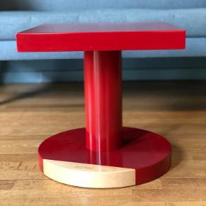 De ikoniske Common Comrades borde i rød Birketræ 40 x 40 x 40 cm  Alle bordene er brugte med lette brugsspor, men i god stand.  Lakken er skallet af på det ene bord.  Sender gerne flere billeder med detaljer.   1499kr pr bord Sælges samlet for 4749kr  Pris fra ny 2999kr pr stk.   Sendes ikke, skal afhentes på Frederiksberg