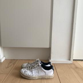 Hvide Court Star sneakers i læder fra Puma. Str. 40.  Se gerne mine andre annoncer - mængderabat gives ved køb af flere ting! Køb 4 ting og betal kun for 3 - få den billigste med gratis :-)
