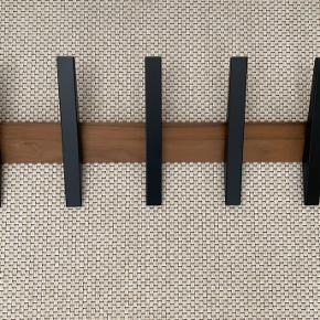Tangent 5 knagerække i sjælden valnød/sort kombination.  Mål  Højde : 23 cm Længde : 65 cm Dybde : 6 cm  Har været brugt i 1/2 år. Fejler intet - standen er som ny.   Nypris var 949,-  Kan afhentes i Nibe ved Aalborg. Kan også sendes med GLS.   Fast pris.