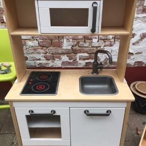 """Køkkenet har stået i et skur, så trænger til en gang rengørning. Kogepladerne virker """"måske""""🤔 med nye batterier. BYD gerne"""