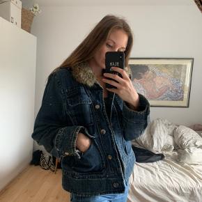 Denim jakke med fake fur og flot foer. Købt i en genbrugsbutik i Sverige. Fejler intet.