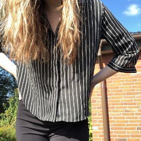 Sort skjorte med striber fra Monki, brugt få gange men ser stadig ny ud:)