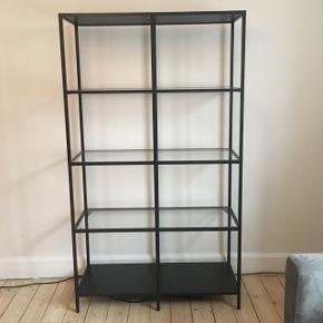 HENT I DAG FOR 200 kr. Reol fra IKEA, stand er som ny. Kan afhentes på Nørrebro. Glasplader kan nemt tages ud ved transportering.