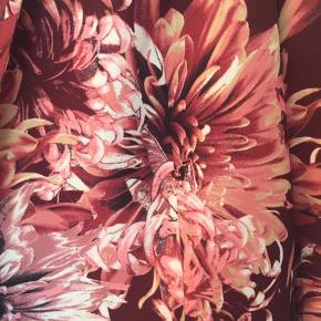 Super flot blazer med stort blomsterprint. Aldrig brugt. Røgfrit hjem.