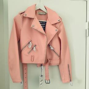 Super Nice jakke fra Zara. Jakken er aldrig brugt og der er prismærke på. Nyprisen var 549,-