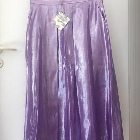 Helt ny. Aldrig brugt. Stadig med prismærke. Nederdel med underskørt (se sidste billede.  Nypris 2499,- BYD gerne.