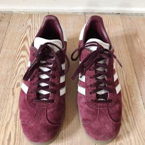 De populære Gazelle i den ikoniske bourgogne farve / brugt én gang / intet slid /står som nye / læder indvendigt / støtte i indvendig sål / ny pris 799.-