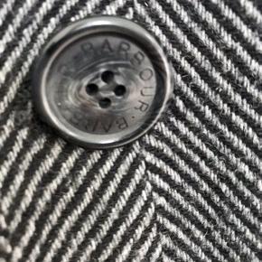 Fin herrefrakke fra Barbour. Frakken er brugt, men i rigtig fin stand. Sender gerne flere billeder.