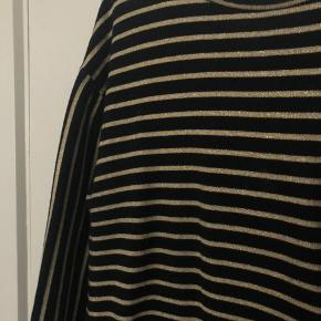 Fineste sorte kjole med guld glimmer striber fra Mads Nørgaard. Brugt få gange, og fremstår i rigtig fin stand. Skriv endelig for flere billeder!