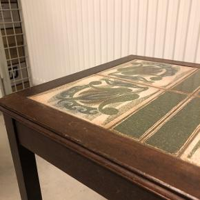 Gammelt sofabordet. Har små ridser som ses på billede 2🌸  Mål:  - Høj: 45cm  - Bred: 46cm  - Dyb: 38 cm