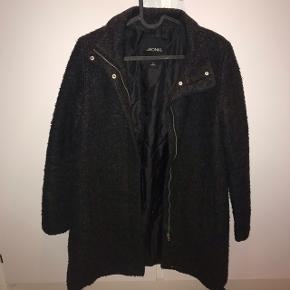 🌸 køb 3 ting og jeg betaler fragt - BYD og skriv endelig for flere billeder eller andet 🌸 Varm jakke fra Monki str S, passer også M. Næsten ikke brugt, og virkelig en lækker jakke!