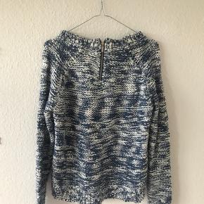 Sweateren er meget brugt og er derfor udvidet en smule omkring halsrundingen. Derudover er den i fin stand og fejler intet.
