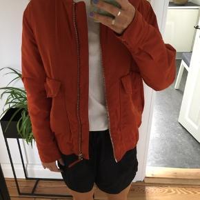 Fed orange bomber jakke fra Modström. Lynlås og knapper er sølv