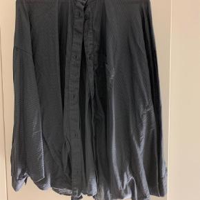 Varetype: Langærmet Farve: Gråblå  MM6 Maison Margiela, str M, brugt en enkelt gang, aldrig vasket.