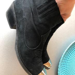 Næsten nye, fine velholdte støvler i baby blød ruskind og med diskrete sorte syninger samt sølv snude - lav hæl  Handler gerne mobilepay og sender med DAO