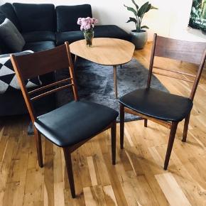 2 teaktræ spisebordsstole til salg:  Den ene stol kræver lidt lim ved benene - kan sagtens laves.   Prisen er for begge stole
