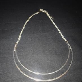 Collier argentéCollier argenté avec perle bleu claire