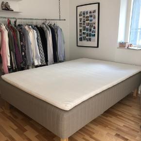 3/4 seng. 140x200... 1 år gammel. Sælges fordi vi har købt dobbelt seng. Topmadras + ben medfølger.